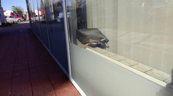 Die Kamera wurde in einem Papiersackerl in dem Schaufenster des Unternehmens plaziert.