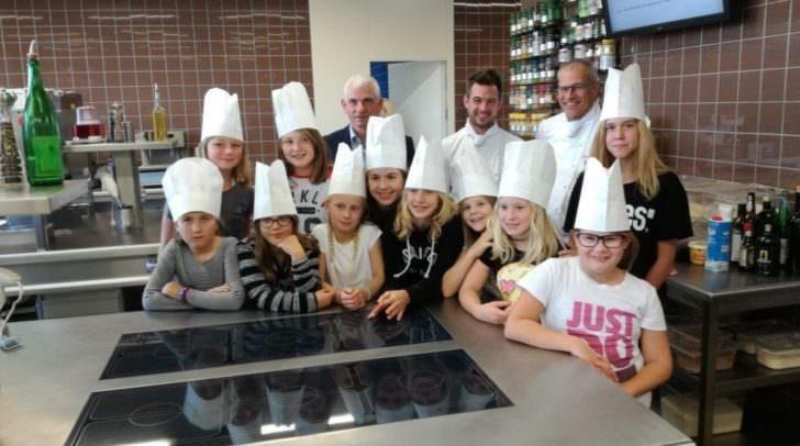 Die kleinen Forscherinnen mit Direktor Reinhard Angerer und den Kochlehrern Gerhard Burger und Martin Gundolf (von links).