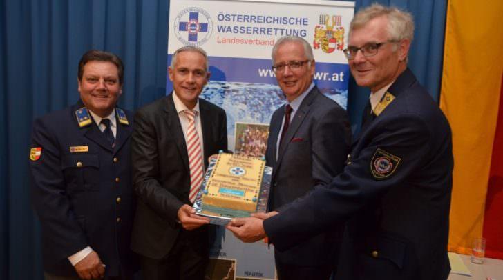 In Vertretung der Klagenfurter Bürgermeisterin, Dr. Maria-Luise Mathiaschitz, überreichte der Erste Vizebürgermeister, Jürgen Pfeiler, die Geburtstagstorte anlässlich des 60-jährigen Bestehens.