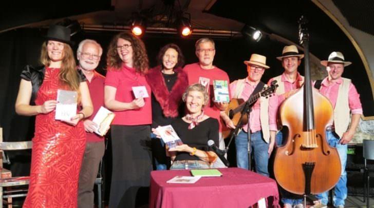 Verlegerin Karin Gilmore mit ihren Autorinnen und Autoren und dem Bioh Trioh
