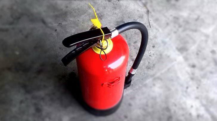 Die Unbekannten versprühten mehrere Feuerlöscher und zerstörten Gegenstände in der Lagerhalle.