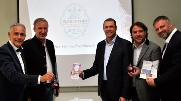 Vizebürgermeister Jürgen Pfeiler, Mag. Helmuth Micheler, Stadtrat Markus Geiger und Marktleiter Peter Zwanziger mit Adolf Kulterer sind schon in vorweihnachtlicher Stimmung.