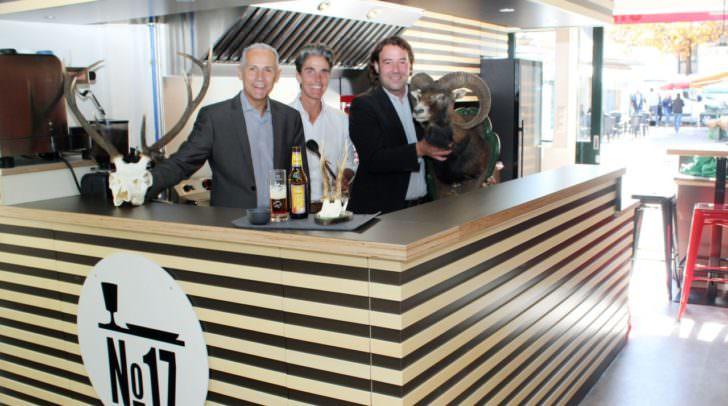 Marktreferent Vizebürgermeister Jürgen Pfeiler und Peter Zwanziger (Marktverwaltung) sind vom neuen Konzept von Nini Loudon begeistert. Wild und Burger stehen auf der Speisekarte.