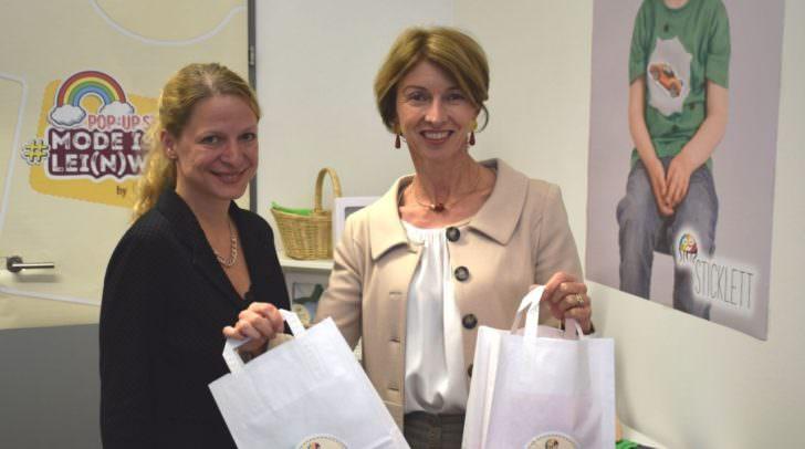 LHStv Gaby Schaunig gratuliert sticklett Gründerin DI Michaela Schicho zur Eröffnung und testet bereits das Shoppingerlebnis bei sticklett