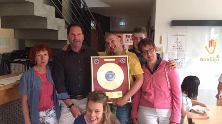 Die Kiwanis Villach helfen rasch und unbürokratisch. In diesem Fall wurde eine Goldenen Schallplatte des Nockalm Quintetts für die Tagesstätte auxilior in der Hausergasse übergeben.