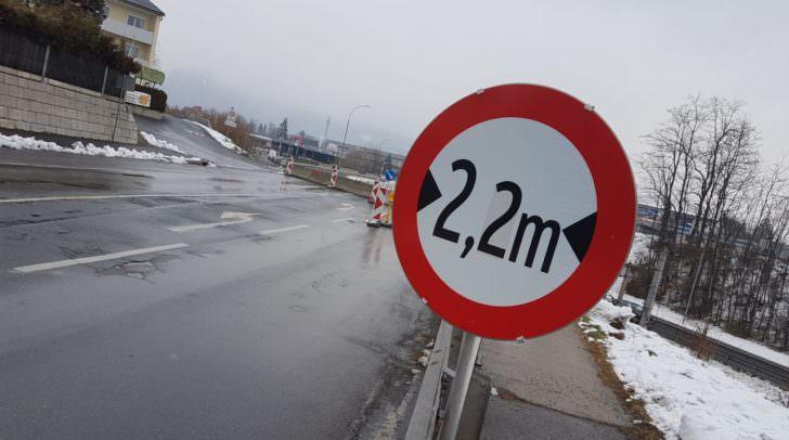 Kurz vor der Engstelle: Der erste Hinweis für die 2,2 Meter! Für Wohnmobile unter 3,5 Tonnen somit wahrlich knapp ...