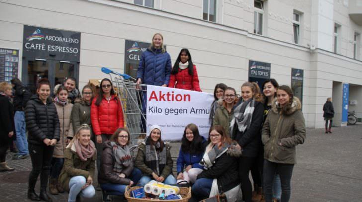 Schülerinnen des Bildungszentrums Ehrental, das allein 475 Kilo Lebensmittel und Hygieneartikel spendete