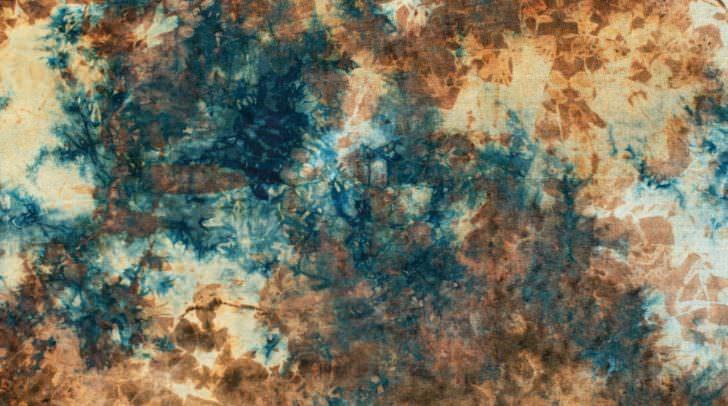 Batiken lässt sich nicht nur in Pastelltönen, sondern eben auch in herbstlicheren Farben. Brauntöne in Kombination mit anderen dunklen Farben können die Grundlage für stylische Pullover aus Baumwolle oder Leinen sein.