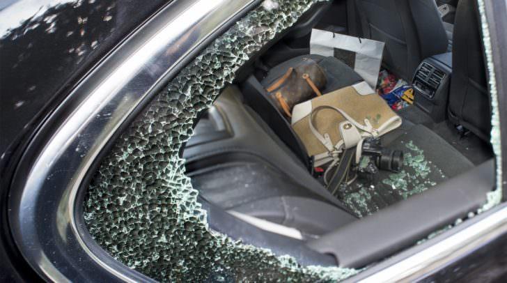 Durch das gewaltsame Aufbrechen der Seitenscheibe verschafften sich die Täter Zugang zu den PKW.