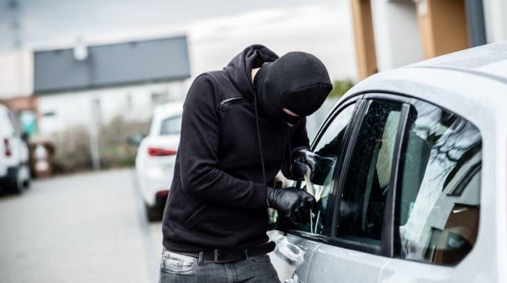 Die Täter gelangen meist durch das Einschlagen einer Seitenscheibe in das Innere der Fahrzeuge.