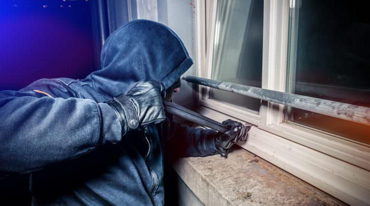 Eine der Einbrecherbanden wurde von der Polizei auf frischer Tat beim Einbruch in ein Lebensmittelgeschäft ertappt.