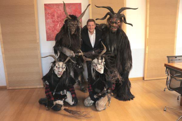 Bürgermeister Günther Albel umgeben von schaurigen Perchten