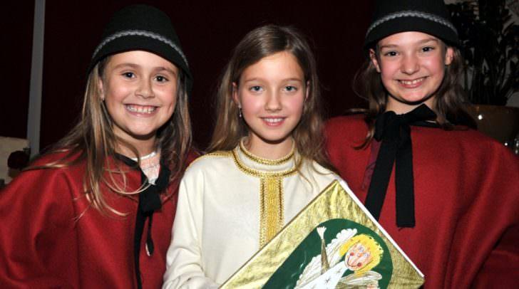 Christkind Eva Lippitz (11)  und Engel Helena Steiner (11) sowie Hannah Hayden (8)