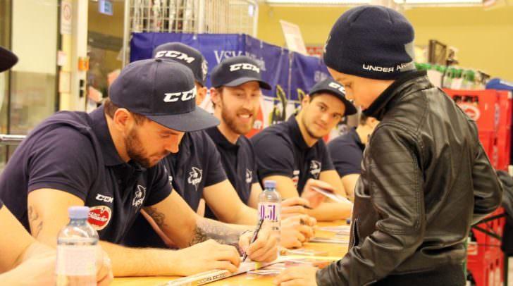Gaben ihren Fans begeistert Autogramme: Benjamin Petrik, David Shields und Stefan Bacher (v. li)