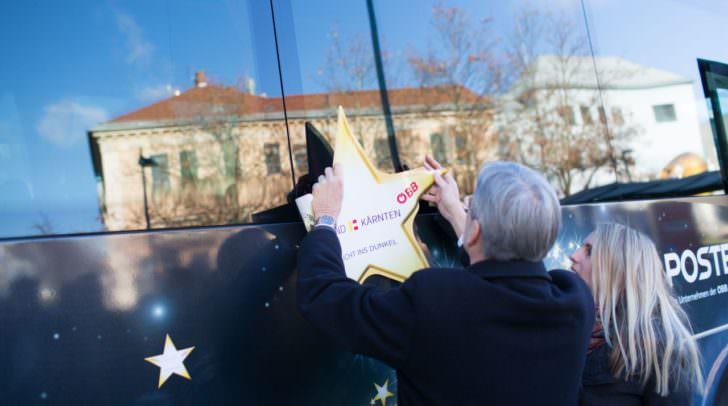 Sternebus-Aktion 2017. LH Peter Kaiser bringt einen Stern am Sternebus an
