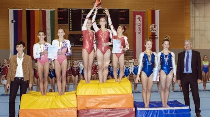Sport, Kunstturnen, 22. Alpe-Adria Cup, Siegerehrung - 2017 Sport, Kunstturnen, 22. Alpe-Adria Cup, Siegerehrung.. - Bild zeigt: Irina Hasenoehrl, Atheltinnen und LH Peter Ksiser.