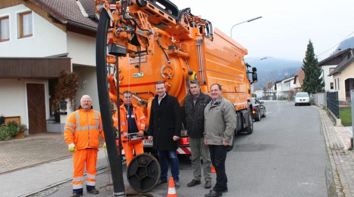 Entsorgungsreferent Stadtrat Wolfgang Germ, Ing. Karl Weger (Abteilung Entsorgung und Wasserschutz) und DI Heribert Hribar (Mechanische Werkstätte) testen die Einsatzmöglichkeiten des neuen Recycling-Kanalspülers.