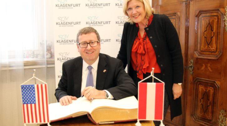 """Eintrag in das """"Goldene Buch"""": US-Gesandter Eugene Young mit Bürgermeisterin Maria-Luise Mathiaschitz."""