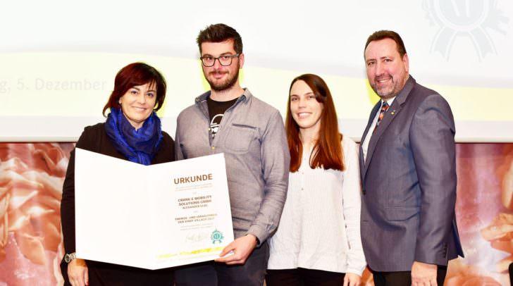 Vizebürgermeisterin Dr.in Petra Oberrauner, Sieger des Energie- und Umweltpreis 2017 Alexander Elbe mit Tadeja Mischkulnig, Stadtrat Erwin Baumann.