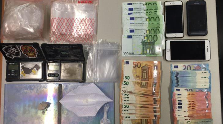 Die Polizei konnte mehrere tausend Euro sowie Suchtgifte sicherstellen