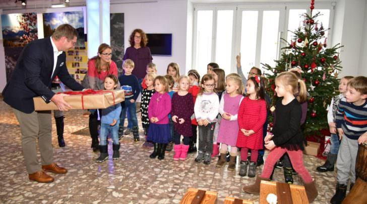 Als vorweihnachtliches Geschenk gab es für die Kleinen von Bürgermeister Günther Albel eine Farbschleuder.