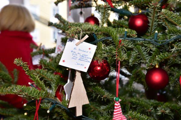 Wunschzettel am Weihnachtsbaum