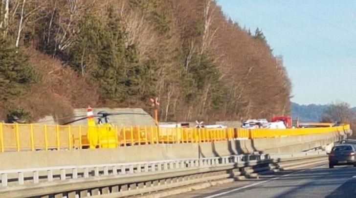 Ein Großaufgebot an Einsatzkräften war am Unfallort. Der C11 landete direkt auf der Autobahn.
