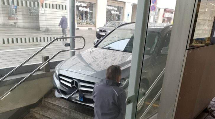 Aufmerksame Passanten halfen dem Mercedes wieder auf die Straße - die Polizei musste nicht anrücken