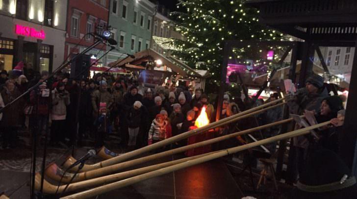 Besinnliche Einstimmung auf Weihnachten: Das Alpen-Adria-Singen auf der Laternenbühne am Hauptplatz begeisterte die Adventmarktbesucher.