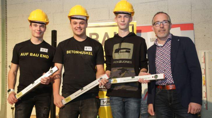 Klaus Huber, Innungsmeister-Stellvertreter der Landesinnung Bau, gratulierte den drei Erstplatzierten Marcel Karpf (Zweiter von links), Lukas Leingruber (links) und Jonas Hatzenbichler (Zweiter von rechts).