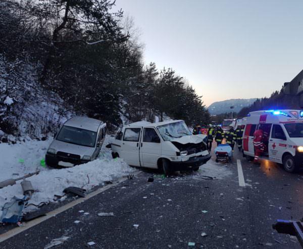 Kurz nach 16 Uhr wurde die Hauptfeuerwache Villach gemeinsam mit der FF Drobollach zu einem schweren Verkehrsunfall mit mehreren beteiligten Fahrzeugen auf die A11 Karwankenautobahn in Fahrtrichtung Slowenien alarmiert.