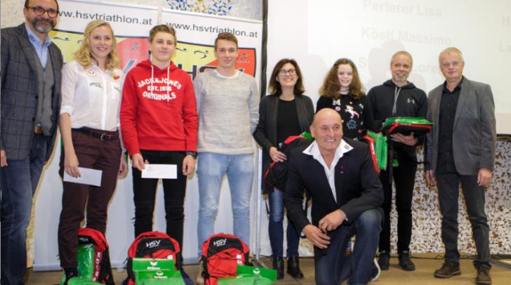 Präsident Gerald Florian, Vizepräsident Hannes Buerger (vorne), Ehrenpräsident Christian Obereder (rechts), Sportlerinnen und Sportler