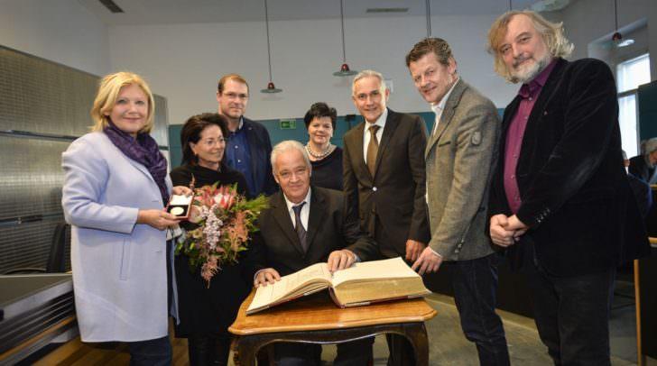 Fast der gesamte Stadtsenat war bei der Übergabe der Goldenen Medaille durch die Bürgermeisterin an Prof. Vinzenz Jobst und dem Eintrag ins Goldene Buch der Stadt dabei. Links im Bild neben der Bürgermeisterin Gattin Inge Jobst.