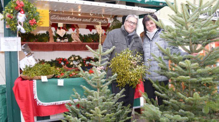 Stadtmarketing-Geschäftsführer Gerhard Angerer und Karin Baumgartner, die schon seit 35 Jahren Christbäume, Mistelzweige sowie Adventkränze verkauft
