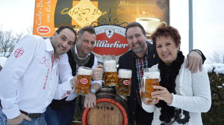 Simon Hohensasser (links im Bild) freute sich mit zahlreichen Freunden und Gästen anlässlich des Bieranstiches über eine gelungene Eröffnung.