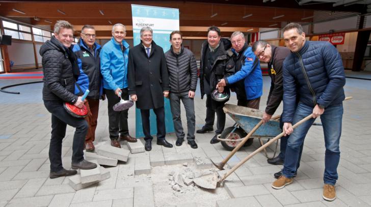 Sportdirektor Arno Arthofer, Vizebürgermeister Jürgen Pfeiler, LH Peter Kaiser und Präsident Wolfgang Winkelbauer mit Funktionären präsentieren den Umbau der Stockschiessanlage.