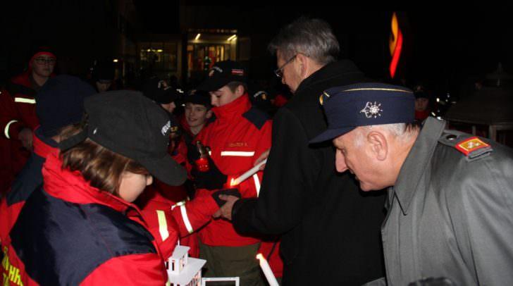 LH Peter Kaiser bei Friedenslichtübergabe im Kärntner Landesfeuerwehrverband