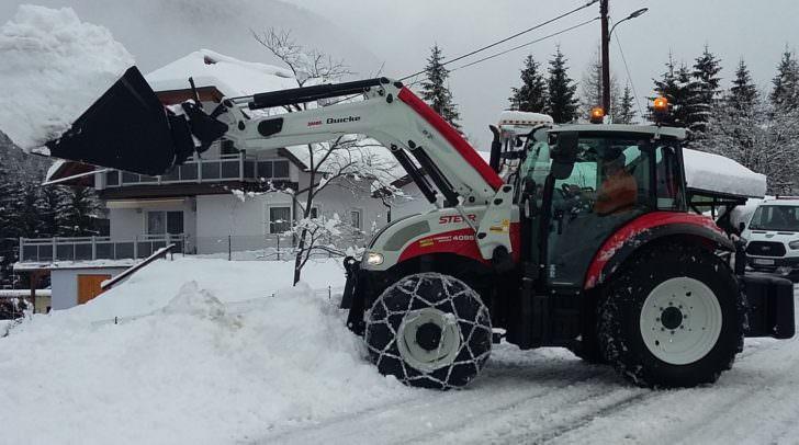 Schon jetzt ist der Traktor eine willkommene Unterstützung beim Räumen der Straßen.