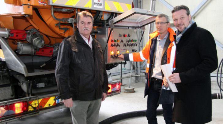 Stadtrat Wolfgang Germ, Entsorgungschef Ing. Karl Weger (l.) und Kläranlagenbetriebsleiter DI Gerhard Hohl bei einem zu entladenden Kanalreinigungsfahrzeug.