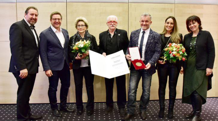 Feierstunde: Stadtrat Erwin Baumann, Bürgermeister Günther Albel, Familie Zöttl und Vizebürgermeisterin Dr.in Petra Oberrauner