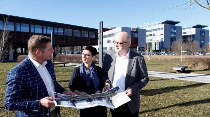 Bürgermeister Günther Albel mit der neuen tpv Kümmererin Sabine Domenig und Hans Schönegger