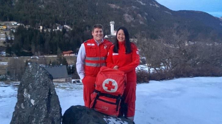 RettungssanitäterIn Taylor Kwong und Patric Petscher samt umfangreicher Ausrüstung