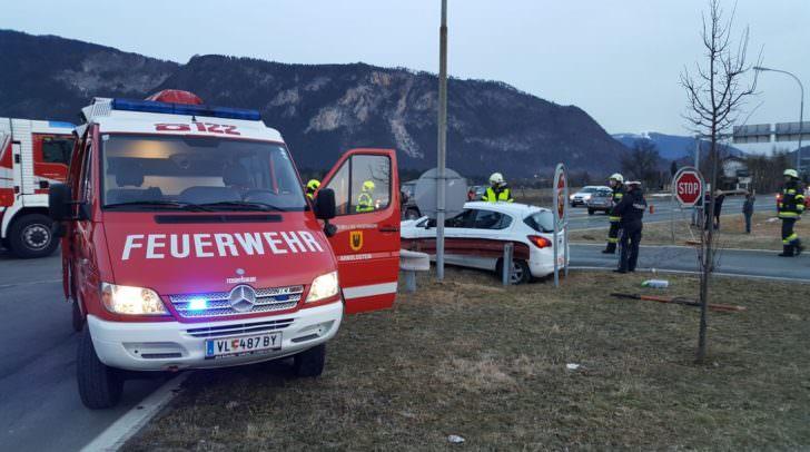 Zwei Personen mussten von der Feuerwehr aus dem deformierten PKW befreit werden.