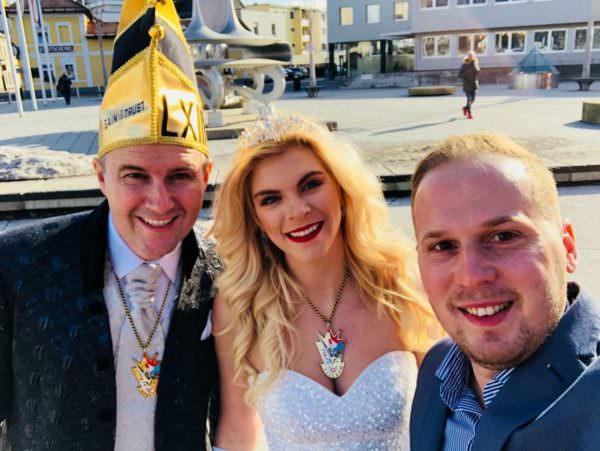 Das Prinzenpaar und Aldin Hodzic freuen sich über das Prinzentaxi.