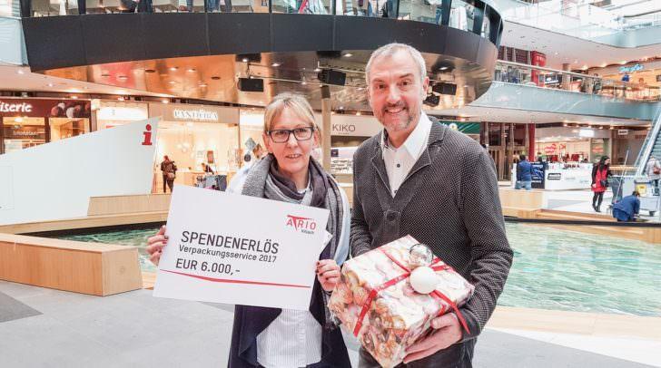 Renate Schlatter, Obfrau unruhestandAktiv und Center-Manager Richard Oswal freuen sich über den Spendenrekord.