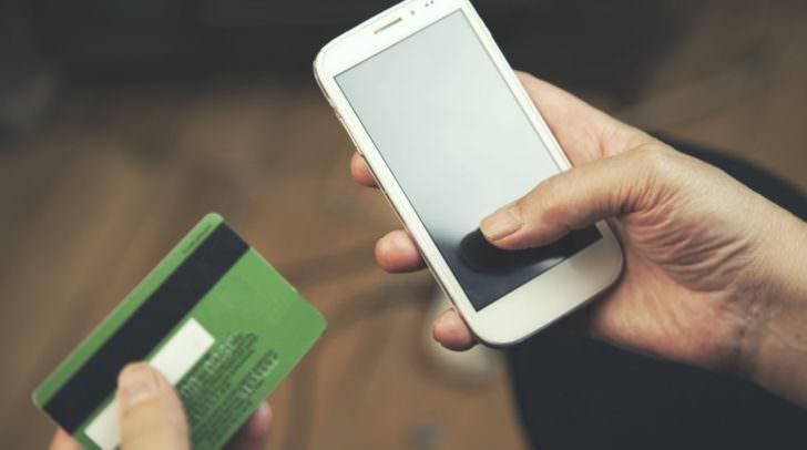 Nachdem der Klagenfurter das Mobiltelefon verschickt hatte, wurde er vom Käufer um Geld-Überweisungen gebeten.