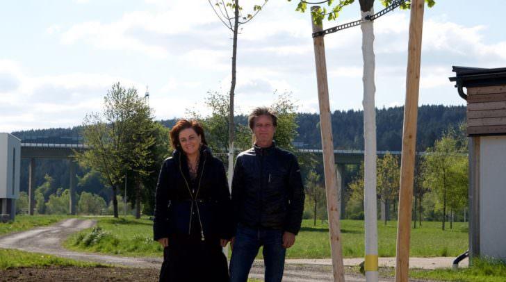 Vizebürgermeisterin Petra Oberrauner und Wolfgang Faller, Forstexperte des Villacher Stadtgartens, nach einer Neupflanzung.