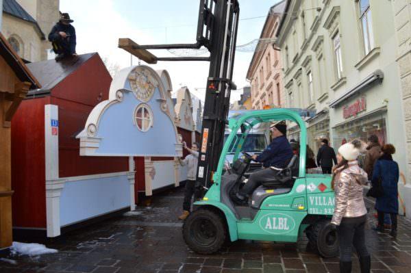Die Adventhütten werden derzeit abgebaut, zwischengelagert und beim Ostermarkt ab 22. März wieder aufgestellt.