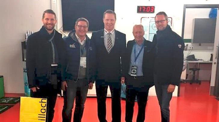 v.l.: Martin Kroissenbacher, Bürgermeister Günther Albel, Mike Stewart, Ulf Wallisch und Peter Peschel in der umgebauten Augsburger Eishalle