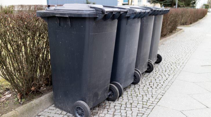 Warum die Mülltonne in Brand geraten war, ist derzeit noch nicht bekannt.